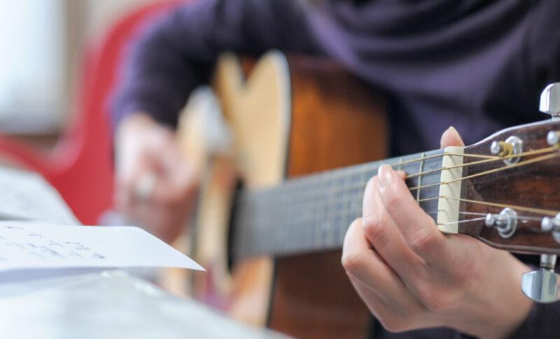 ギターのストローク練習!基本パターンと初心者が一日で弾けるコツを解説